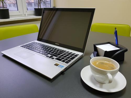 Serwis kawowy w sali konferencyjnej